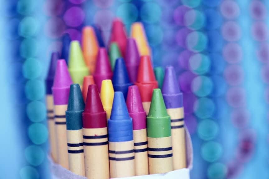 bundle-crayons-blue-background